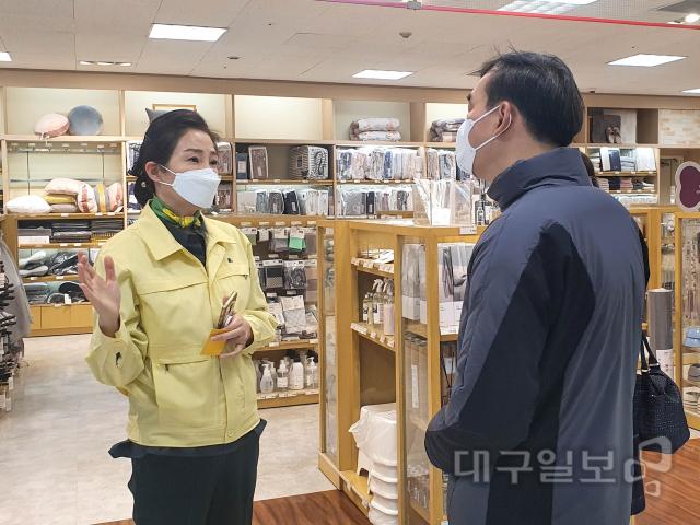 """배지숙 대구시의회 의장 """"마스크 구매, 시민들이 접근 쉽게 해야"""""""